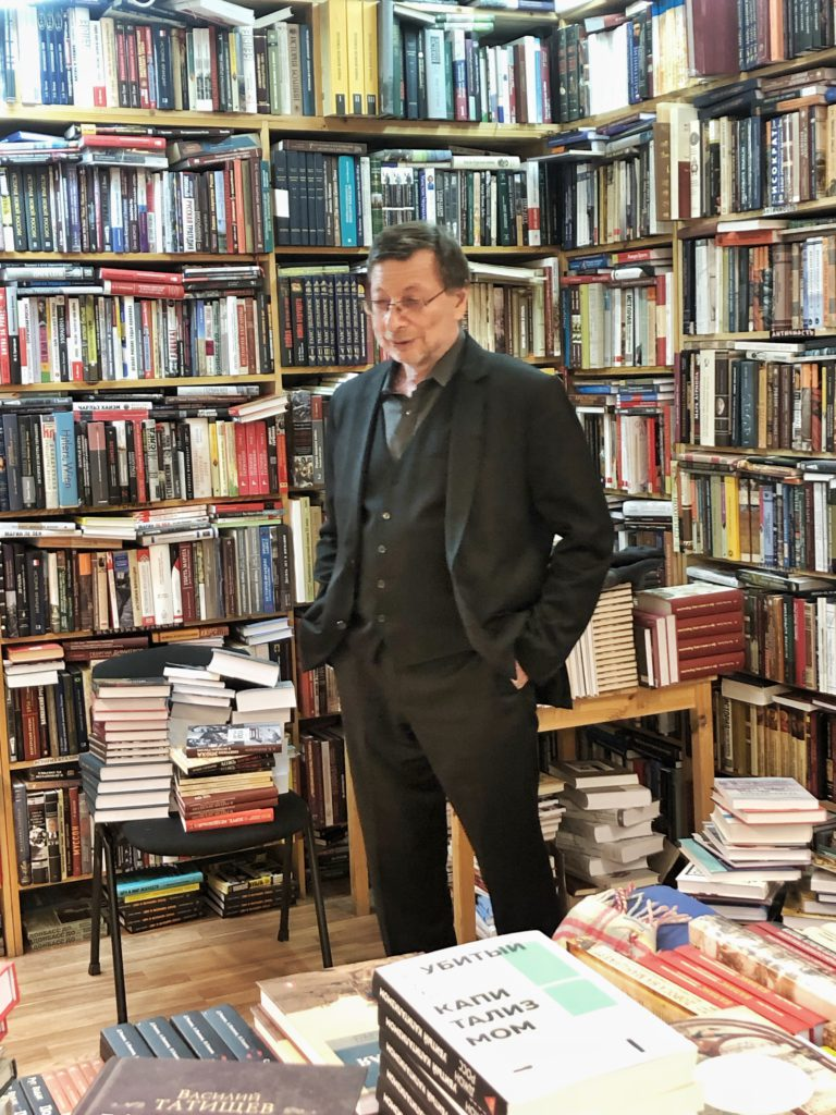 Boris Aronstein meets the readers at the Tsyolkovskiy Bookstore